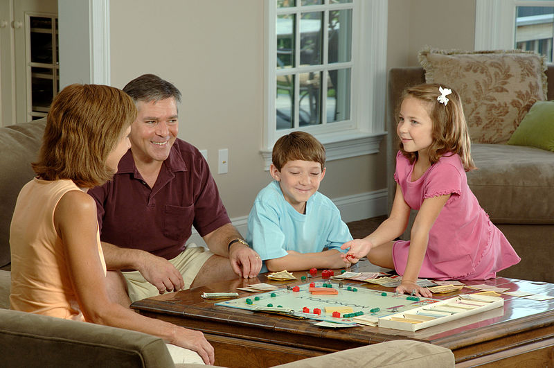 800px-Family_playing_a_board